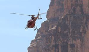 Bilde av et flyvende helikopter i Grand Canyon